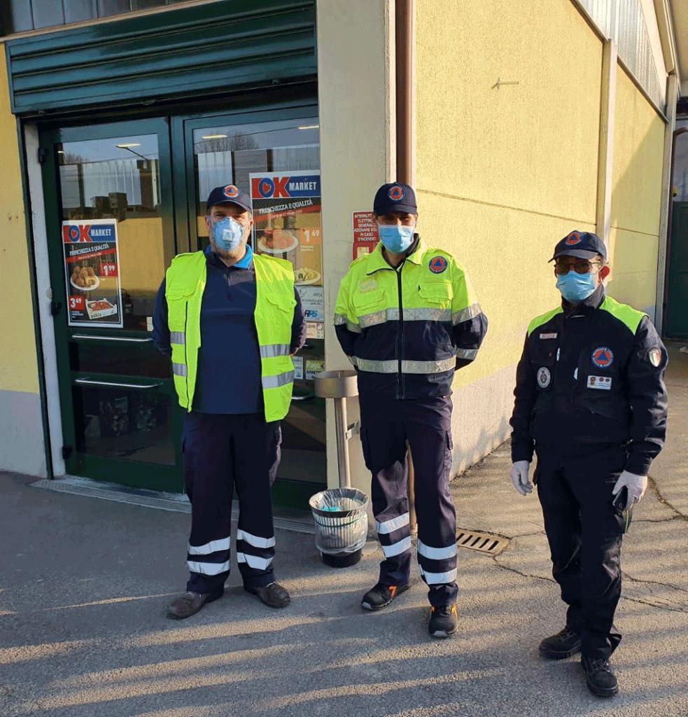 I-volontari-della-Protezione-civile-durante-contingentamento-supermercato