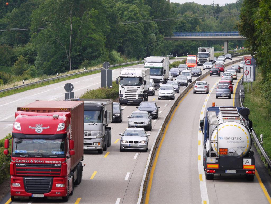 immigrazione-camion-in-autostrada