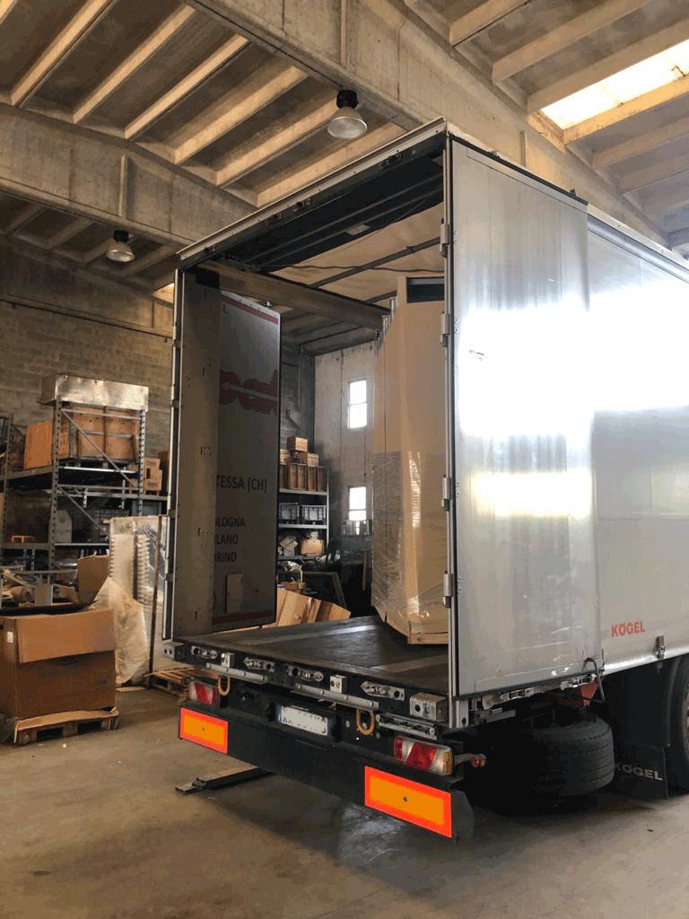 camion-carico-banchi-monoposto