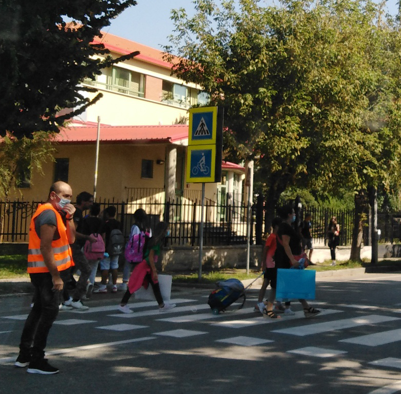 Mascherine-davanti-alle-scuole