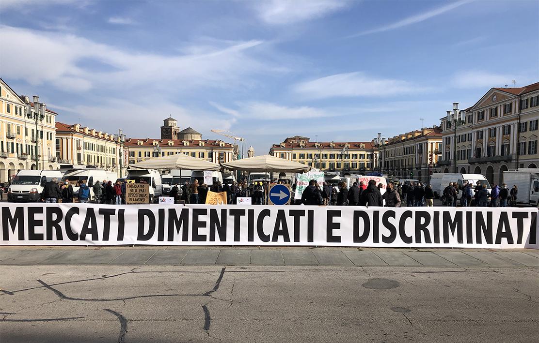 Ambulanti protestano per lo stop del Governo ai mercati non alimentari