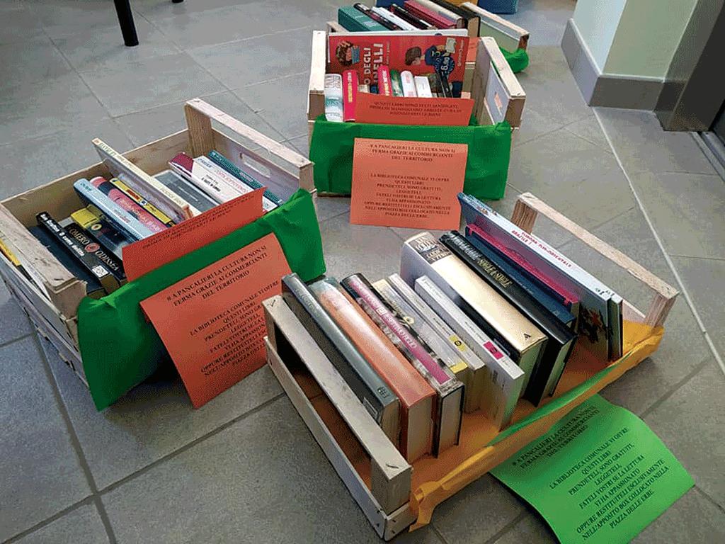 I libri della biblioteca consegnati grazie ai negozianti