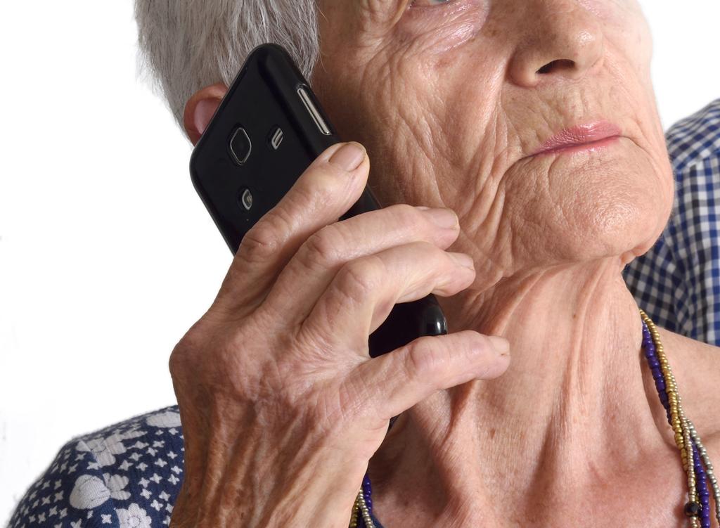 Raggiri agli anziani, false telefonate per vaccini Covid-19