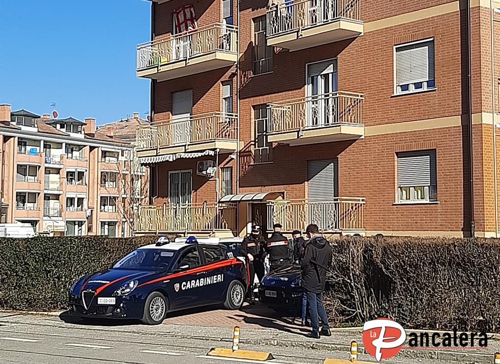 Carmagnola, uccide la moglie e il figlio di 5 anni, poi si butta dal balcone