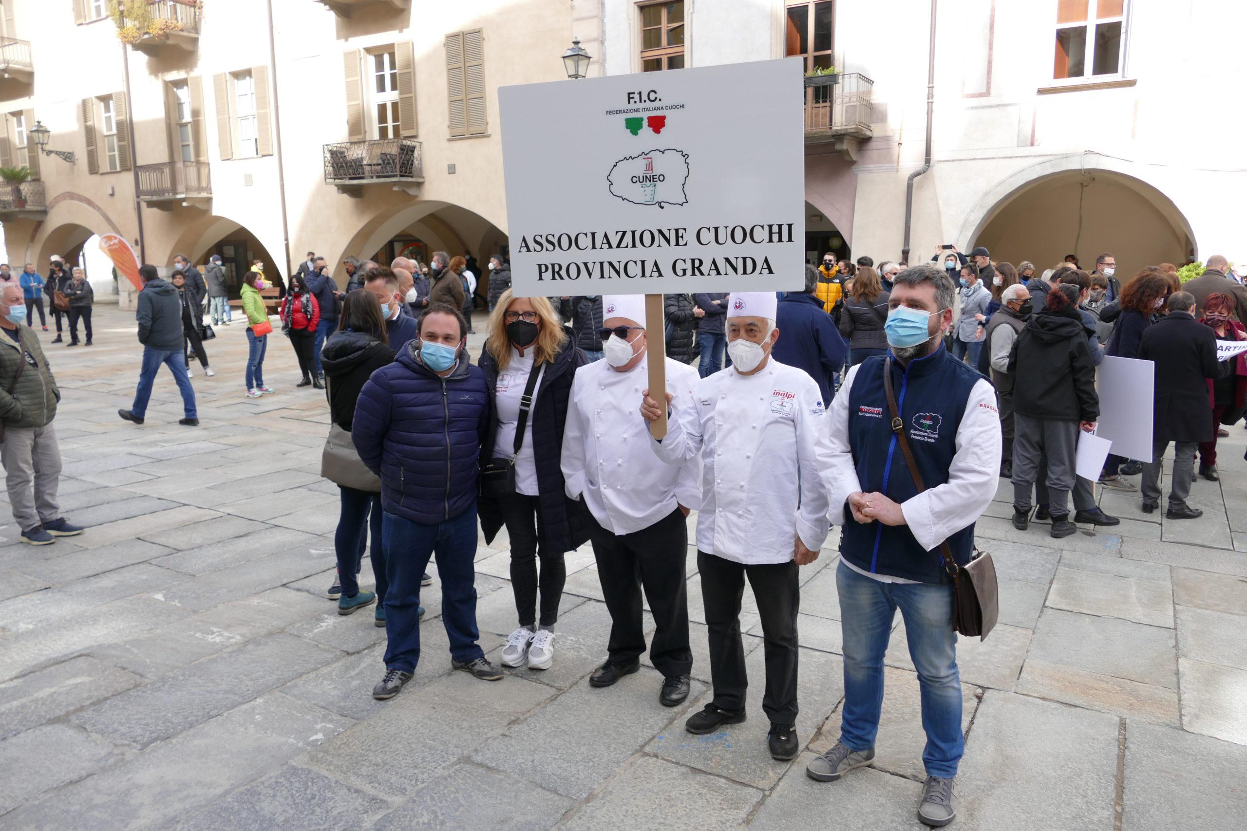 Commercianti e ristoratori in piazza a Torino e Cuneo: ripartire e lavorare