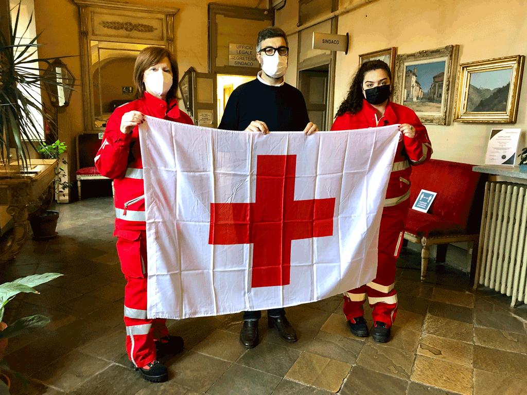 La bandiera della Croce Rossa sulla facciata del Municipio di Saluzzo