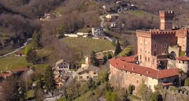 Saluzzo consegna a Giulio Mellano pergamena onorificenza di Cavaliere