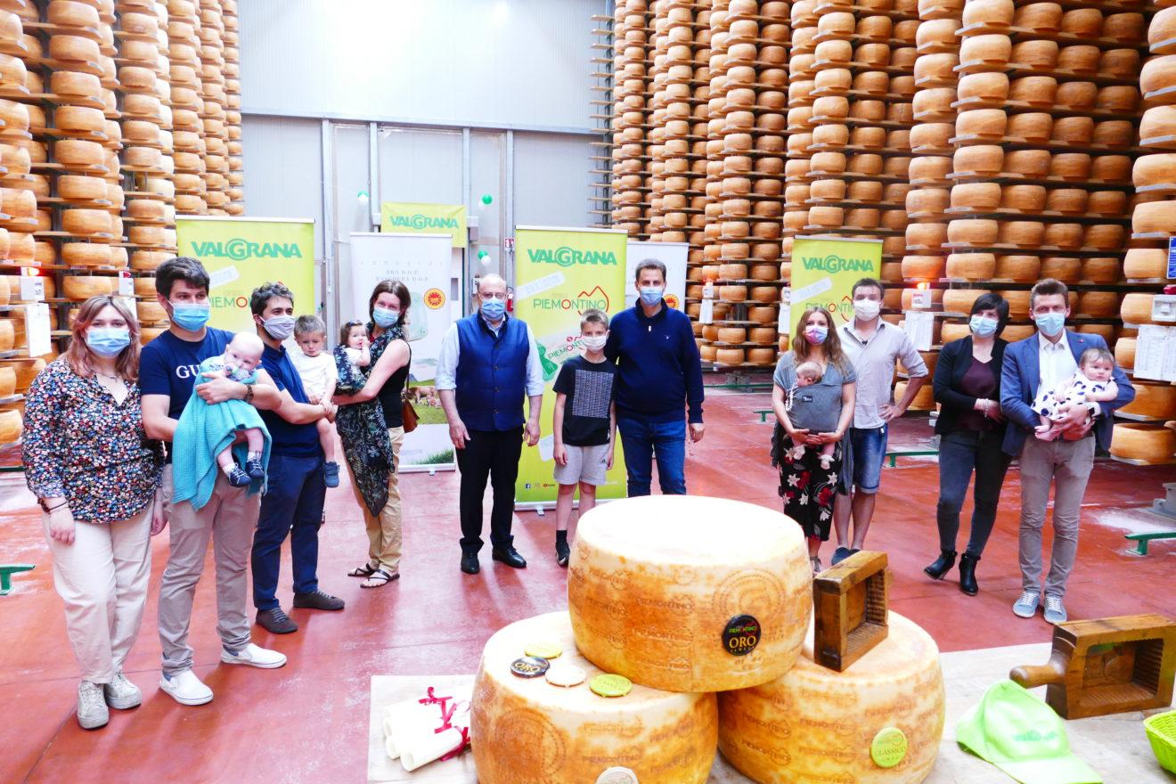 Quattro nati del 2021 premiati col formaggio Valgrana