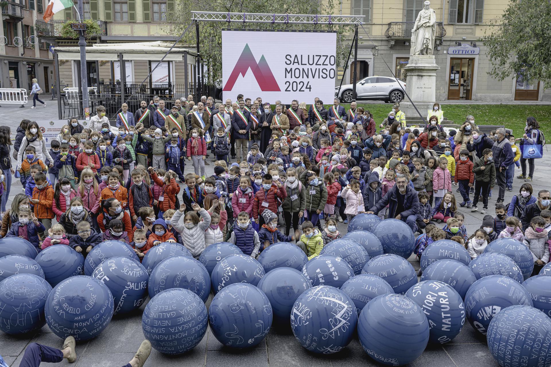 Flash mob con i bimbi per la presentazione del dossier di candidatura Saluzzo Capitale cultura 2024